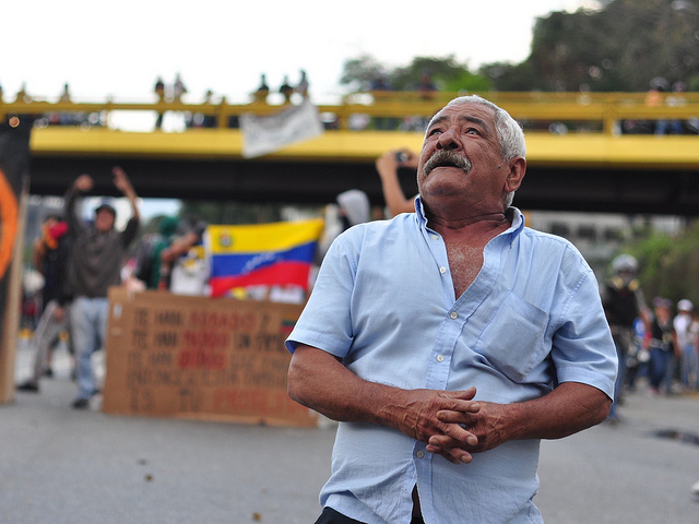 A Venezuelan man stands as protests continue in the country. February 27, 2014. ( Andrés E. Azpúrua/Flickr)