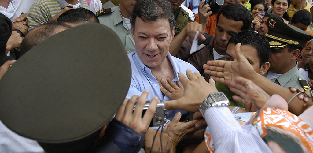 Juan Manuel Santos greets supporters during his 2010 campaign.  Ibagué, Tolima, May 17, 2010. (Vargas/Flickr)