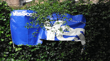 A pro-independence banner is seen along Union Canal, Edinburgh, Scotland. June 7, 2014. (Flickr)